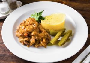 Бефстроганов из говядины с овощами в томатно-горчичном соусе с картофельным пюре