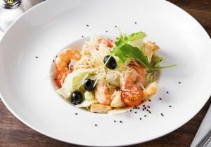 «Цезарь» с креветками и розмарином с сырным соусом