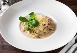 Паста «Карбонара» с беконом и грибами в сливочном соусе с сыром «Пармезан»