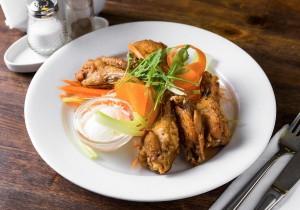 Копченные куриные крылышки в соусе «Луизиана» с соусом «Блю Чиз»
