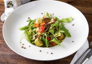 Салат с говядиной и печеными овощами и соевым соусом