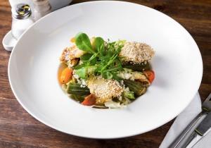 Салат с кус кусом, копченой треской, цветной капустой и бамией с лимонным соусом