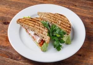 Сэндвич с курочкой, зеленым салатом и сырным соусом