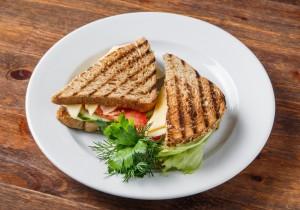 Сэндвич с сыром, зеленым салатом, помидоркой и свежим огурчиком