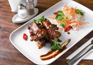 Свиные ребрышки собственного копчения с соусом «BBQ», и капустным салатом «Коул слоу»